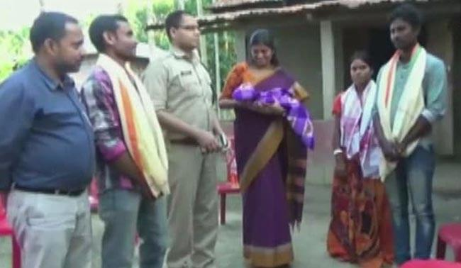 Defying Curfew In Assam, Auto Driver Takes Pregnant Woman To Hospital - Sakshi