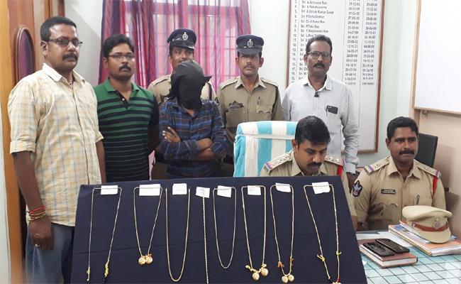 Chain Snatching Gang Arrest in East Godavari - Sakshi