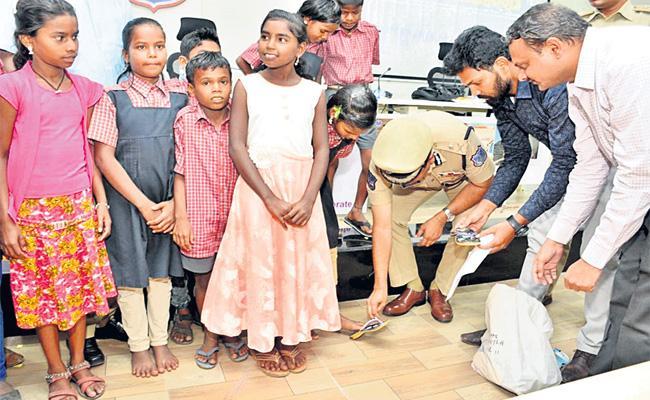 Hyderabad Police Helps Odisha Migrant Workers Child - Sakshi