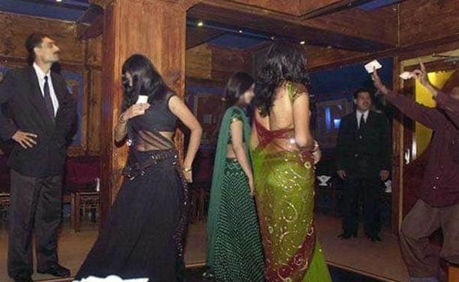 15 Arrested By Mumbai Police In Raid At Dance Bar - Sakshi