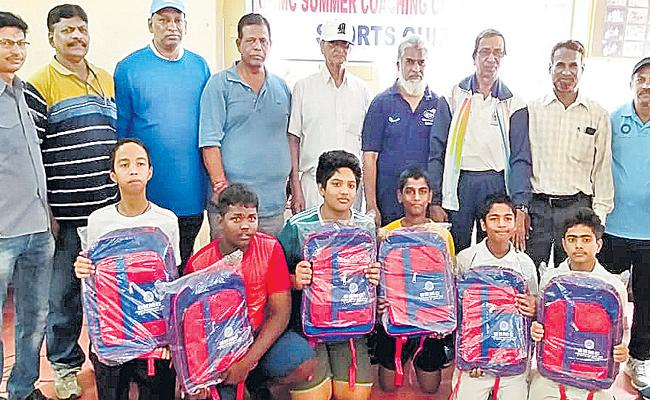 Sohan And Vikram Won Titles of Sports Quiz - Sakshi