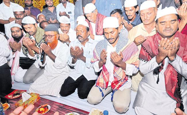 YS Jaganmohan Reddy at Minority Brothers Iftar Dinner - Sakshi