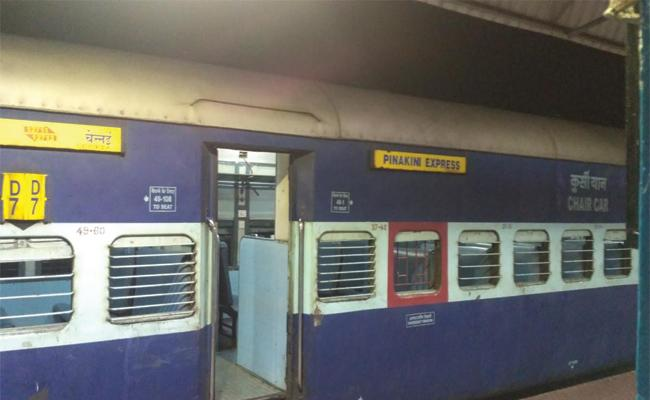 Quarrel in pinakini express train - Sakshi