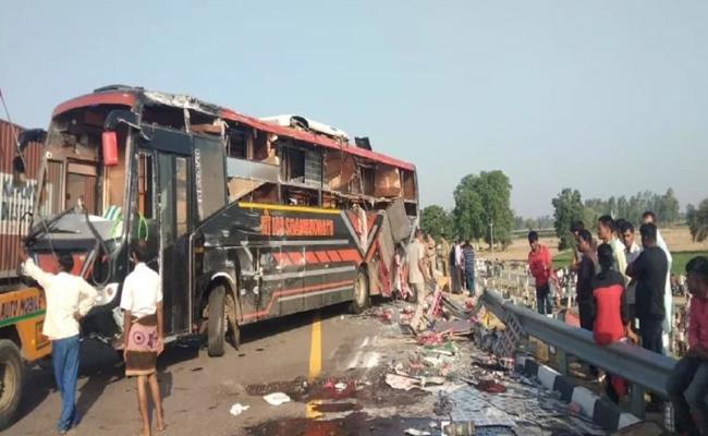 Bus rammed into a tractor trolley on Lucknow Agra expressway - Sakshi