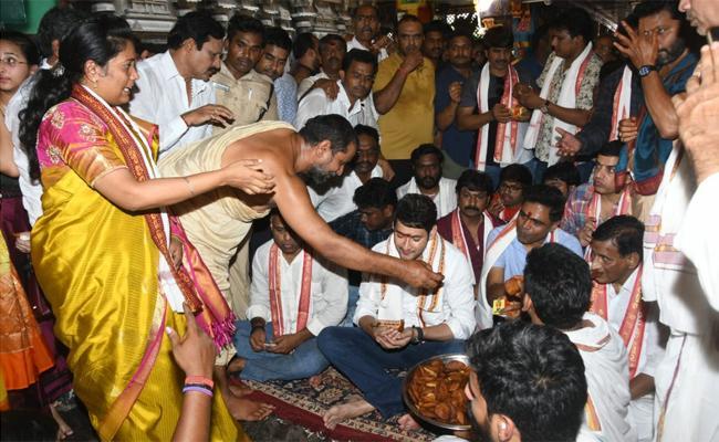 Maharshi Movie Team Visits Kanakadurgamma temple - Sakshi