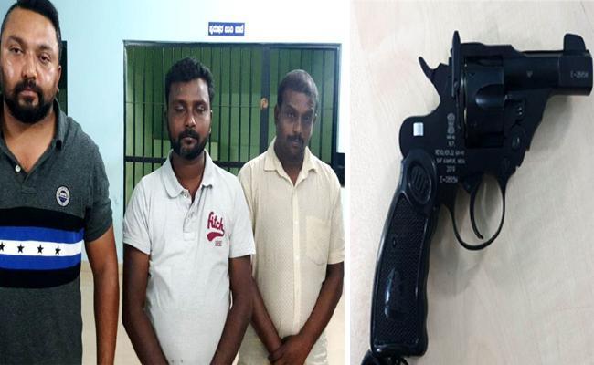 Man Threatening Woman With Gun In Karnataka - Sakshi