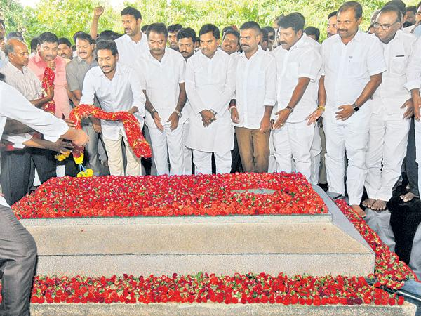 YS Jagan mohan reddy Pays Tribute To YS Rajashekar Reddy At YSR Ghat - Sakshi