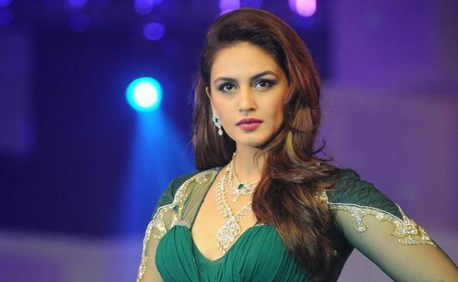 Funday Special chit chat with heroine huma qureshi - Sakshi
