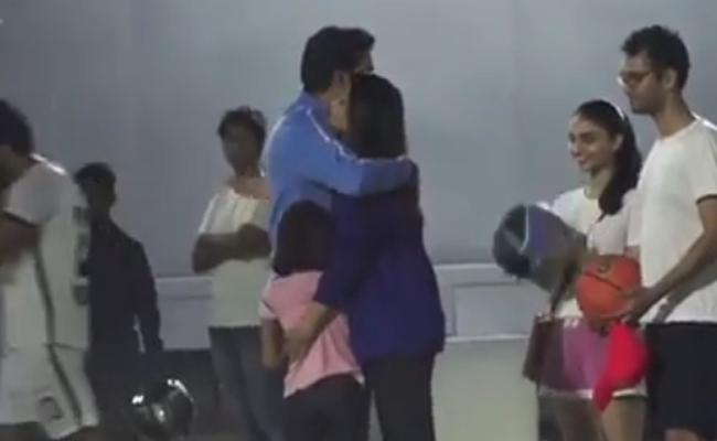 Aishwarya Rai Abhishek Bachchan And Aaradhya Hug Video Goes Viral - Sakshi