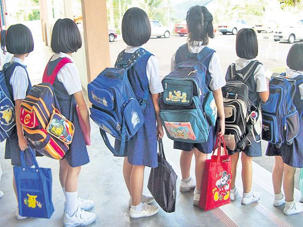 AP Govt Negect On School Students Bags Weight - Sakshi
