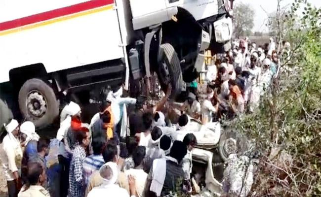 Truck Collide With Tempo in Maharashtra 13 Dead - Sakshi