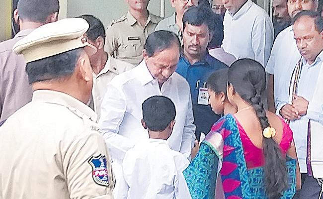 Students Meets KCR In Ramagundam - Sakshi