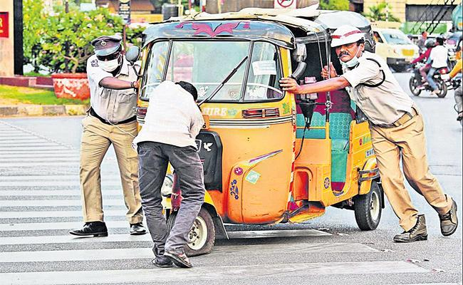 Traffic Police Helps Auto Driver on Khairathabad Junction - Sakshi