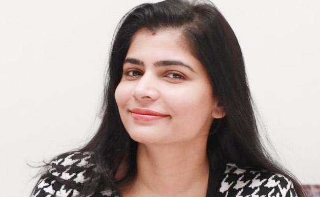 Chinmayi Shuts Man With Epic Reply Who Misbehaved With Her - Sakshi