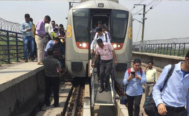 Delhi Metro Services Affected on Yellow Line Due to Technical Snag - Sakshi