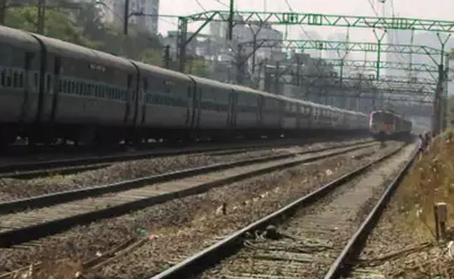 Lovers Committed Suicide On Railway Track In YSR District - Sakshi