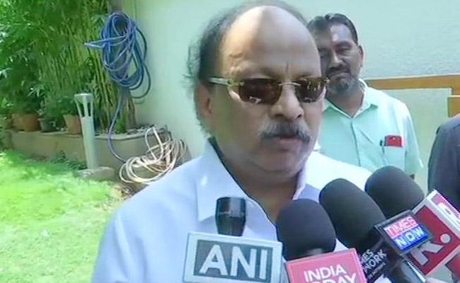 KA Congress Leader Roshan Baig Slams Own Party After Exit Poll Results - Sakshi