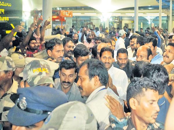 Grand Welcome to YS Jaganmohan Reddy at Gannavaram Airport - Sakshi
