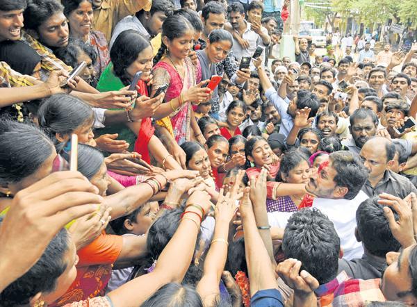 Huge Womens Support To YS Jaganmohan Reddy - Sakshi