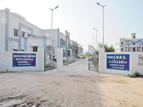 Seats was going to decreasing in Welfare schools - Sakshi