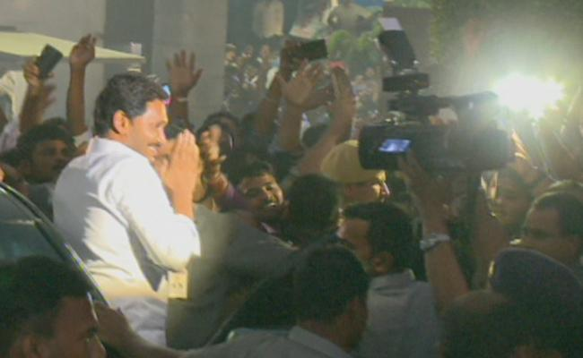 YS Jagan Gets Grand Welcome at Lotus Pond - Sakshi