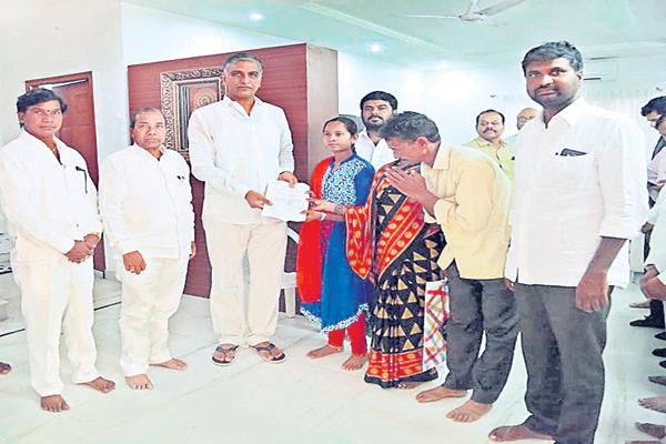 Financial assistance to Sravanthi from Harrish rao initiative - Sakshi