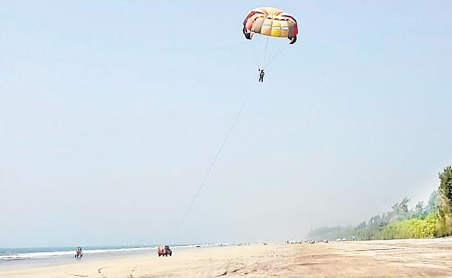 Teen dies while parasailing in Murud beach - Sakshi