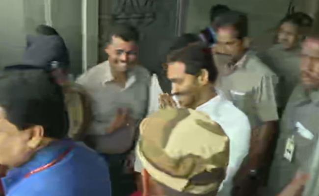 Fans Grand Welcome To YS Jagan In Delhi - Sakshi