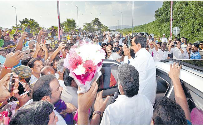 Telangana CM KCR Reached Tirumala - Sakshi