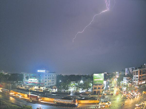 Four dead for Sunstroke And Two Dead for lightning - Sakshi