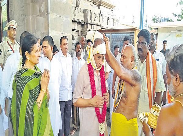 ESL Narasimhan visited Vijayawada Kanaka Durga Temple - Sakshi