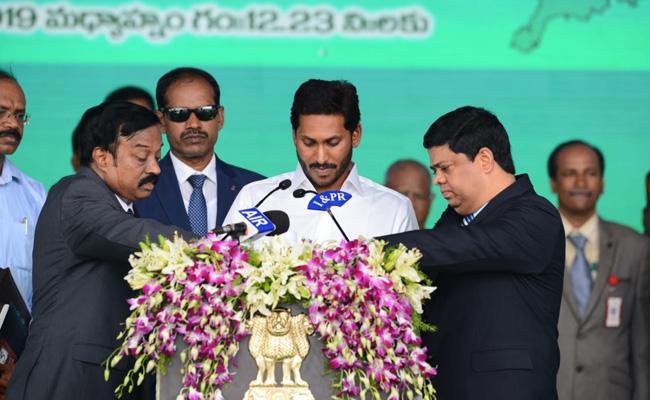 YS Jagan Mohan Reddy Taken Oath As Andhra Pradesh CM - Sakshi