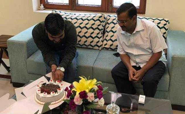 Arvind Kejriwal Cuts Cake With A Party Worker - Sakshi