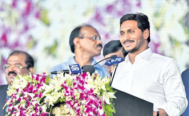 YS Jagan Mohan Reddy takes oath as Andhra Pradesh chief minister - Sakshi