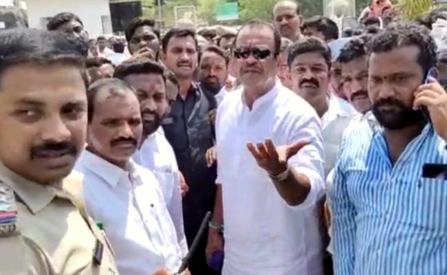 Komatireddy Go Back TRS Activists Fires In Nalgonda - Sakshi