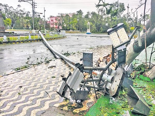 Darkness in 300 villages in AP With The Effect Of Fani Cyclone - Sakshi