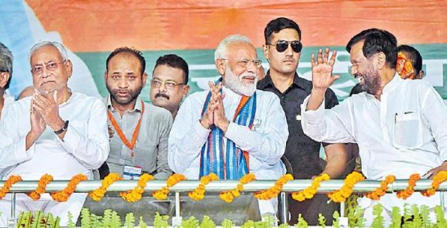PM Narendra Modi Slams Congress in Pratapgarh - Sakshi