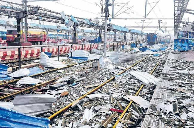 14 killed bangladesh on fani cyclone - Sakshi