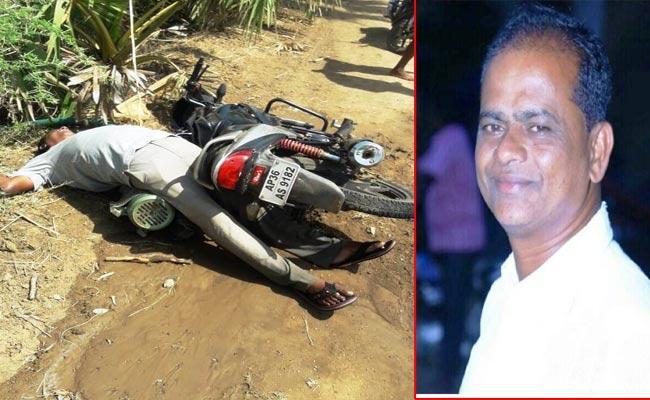 Farmer Died With Electrocution In Warangal - Sakshi