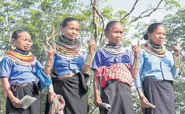 Tribals Walk Eight kms To Vote In MP - Sakshi
