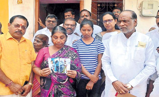 BJP Leader Laxman Visit Inter Students Families - Sakshi