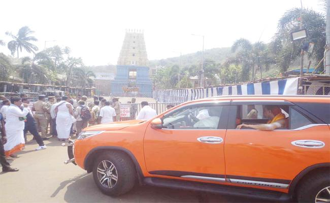Swaroopananda Swamy Intolerance on Temple Management - Sakshi