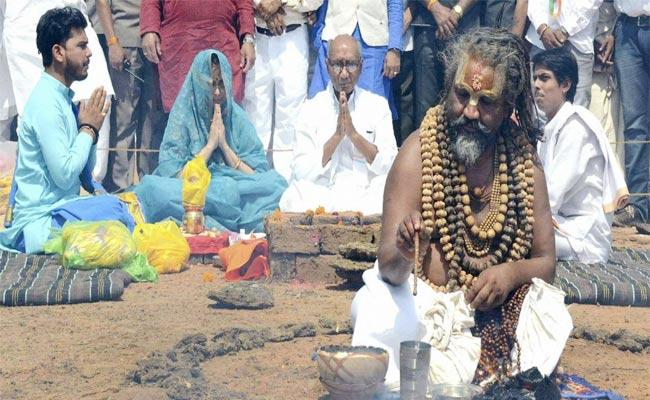EC Orders Probe In Computer Baba Hath Yoga For Digvijaya Singh - Sakshi