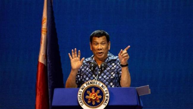 Philippines President Kisses 5 Volunteers On Stage - Sakshi