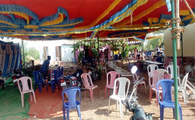 Bride Escape From Wedding Hall With Boyfriend in Karnataka - Sakshi