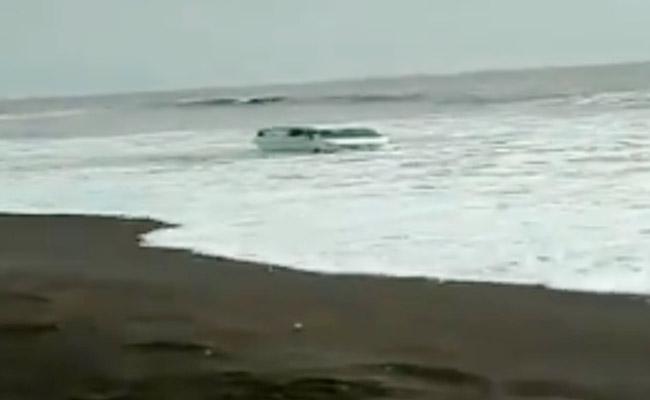 Car Gets Stuck In Sand In Maharashtra Beach - Sakshi