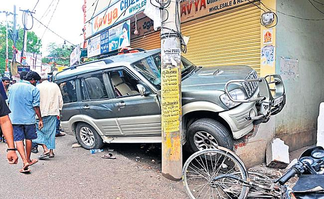 Car Accidents in Hyderabad - Sakshi