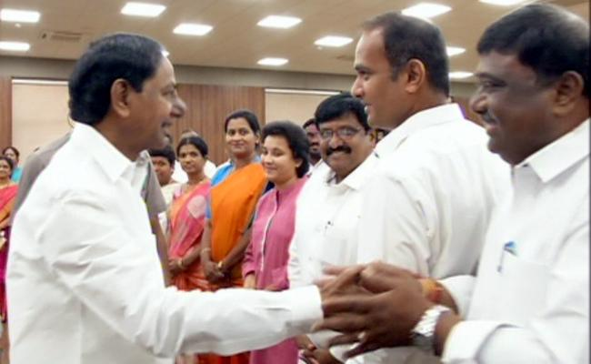 CM KCR Meet With Newly Elected ZP Chairman And Vice Chairmans - Sakshi