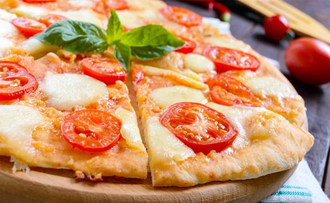 California Restaurant Offers Free Pizzas To Who Gave Up Their Smartphones While Eating - Sakshi