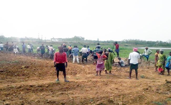 Villagers Fight Against Pond Occupiers In Vizianagaram - Sakshi